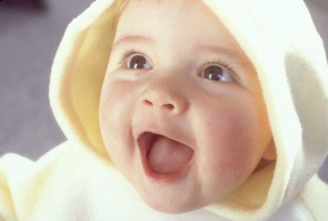 bayi tersenyum