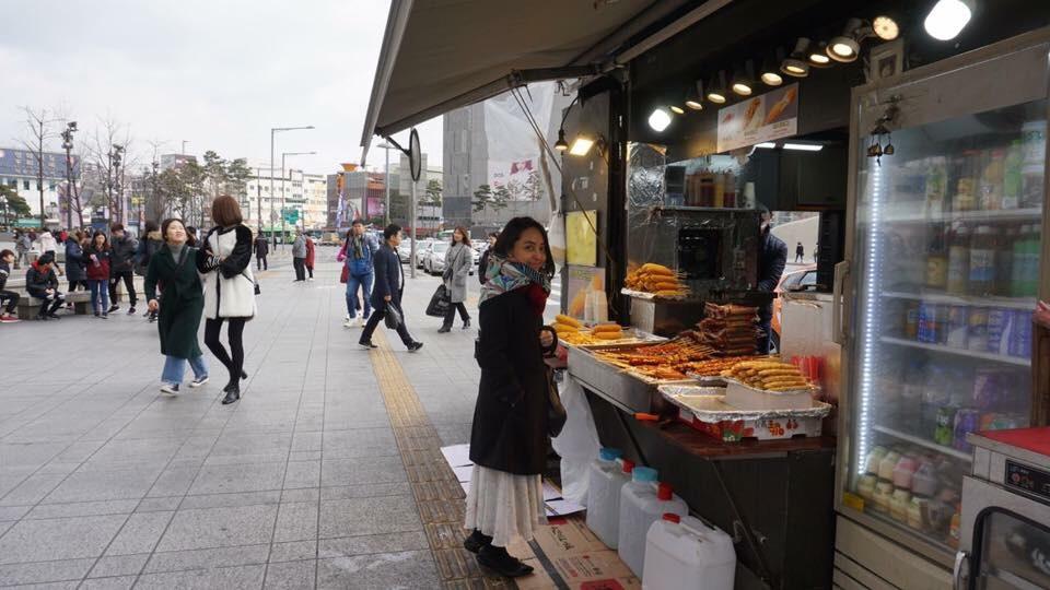 Perempuan sedang wisata kuliner di Korea