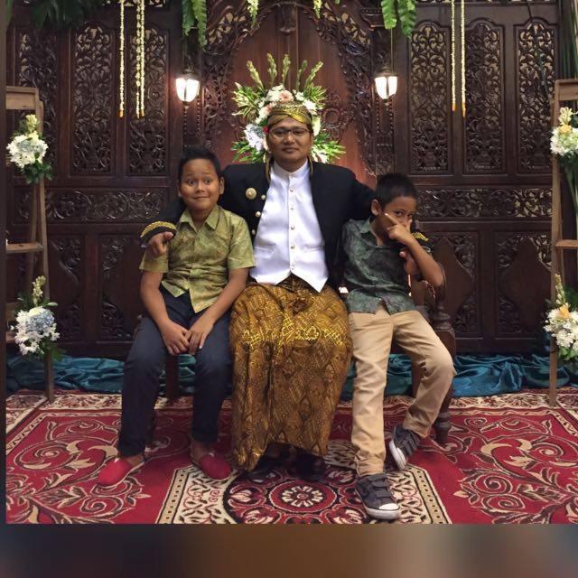Ayah dengan dua anak laki-laki