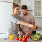 suami istri memasak